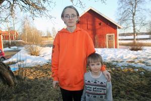 14-årige Emil Grönlund drog upp och räddade lillebror Anders som fallit ned i  en brunn på gården.