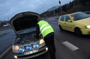 Om du måste lämna bilen är det viktigt att ha på sig en reflexväst så andra bilister ser dig i mörkret. Bild: Fredrik Sandberg/Scanpix