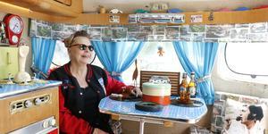 Annelie Andersson och hennes man Michael älskar gamla amerikanska bilar och 50-talsprylar. Det syns i deras husvagn, som de hade med till Brunnsparken i lördags. - Det här är vårt liv, säger Annelie Andersson.