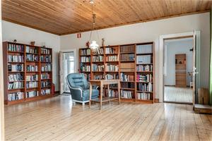Det gamla grangolvet är bevarat i många av de 18 rum och kök som huset i Älgered, Bergsjö inrymmer. Foto: Fastighetsbyrån