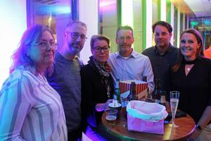 Det här glada gänget från Gävle hade laddat med godis, dryck och popcorn. Från vänster: Åsa Harich, Mats Harich, Susanne Fridolfsson, Tomas Holttinen, Magnus Wallenius och Anna-Karin Wallenius.