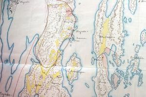 På kartan från 1904 ser man den nyanlagda järnvägen, byggd på en bank som skär av den lilla havsvik som i dag är Svandammen.