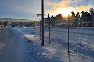 Här slutar det nyuppsatta staketet mot bangården. I bakgrunden till vänster skymtar godsmagasinet.