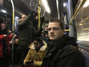 När LT åkte med buss 749 från Södertälje mot Liljeholmen en morgon i december fick fem personer stå i mittgången. Jonas Erlandsson (närmast i bild) är en av de pendlare som vänt sig till SL med en vädjan om att sätta in fler bussar på linjen.