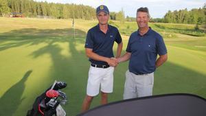 Joacim Åhlund från Gävle gratulerades på lördagskvällen till segern i Oakly-tävlingen av Korslöt GK:s ordförande Stefan Persson. Foto: Ulf Eneroth