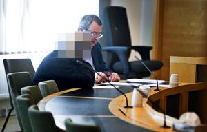 Den nu häktade kvinnan tillsammans med sin försvarare, advokat Jan Herelius, i Västmanlands tingsrätts sal 1.