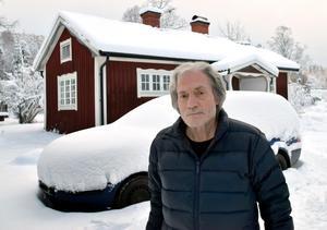Frank Lundin framför bilen som för tre veckor sedan lämnades framför ytterdörren till hans och makan Brittas bostad i Djurmo.