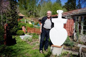 Lenny Clarhäll i  trädgården med skulpturen Huldran. Originalet står i Lennys hemstad Skövde. Skulpturen är gjuten i marmor.