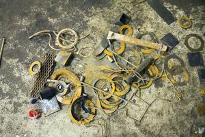 Pyttelite återvunnen metall ligger på golvet i verkstaden. Det behövs mycket mer.
