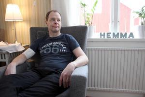 """Cancern är borta. På armen sitter ett bandage, för cellgifter som går in i kroppen och ska säkra ett friskt liv. Fredrik Nilsson tänker framåt, på undervisning i matematik igen.""""Jag saknar det så sjukt mycket, eleverna, arbetskamraterna, allt""""."""