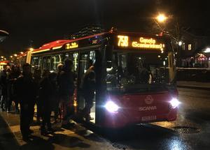Två av fem kollektivresenärer känner otrygghet på väg till buss eller pendeltåg, skriver skribenterna.