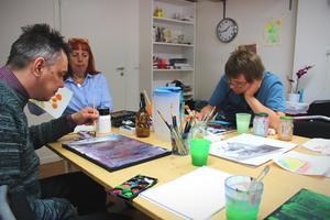 Peter och Victor finner lugnet under konsttimmarna. Nästa mål är att få ställa ut gruppens tavlor på Moderna muséet i Stockholm.