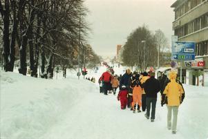 En strid ström av gående på Gävles paradgata Södra Kungsgatan.