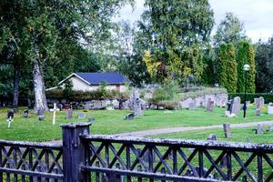 Undersviks gravplats ligger kvar vid den tidigare kyrkan.