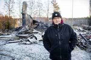 Ägaren Kjell-Åke Gerdin har inte sovit många timmar och nu sitter han brandvakt på platsen.