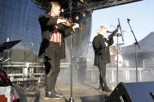 Riksspelmannen Thomas von Wachenfeldt, från Bergsjö, framträdde tillsammans med Yohio, som inledde med Ted Gärdestads Himlen är oskyldigt blå.