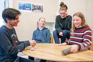 Elvis Merio, Axel Kurtsson, Sanna Norberg och Maya Andersson Hjelm i klass 9b på Viaskolan spelar mer kort nu när mobilerna får stanna hemma.