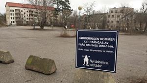 Parkeringsplatsen mellan Industrivägen och Bryggargatan, där Nynäshamnsbostäder den 1 februari tag första spadtaget för 95 nya hyresrätter.