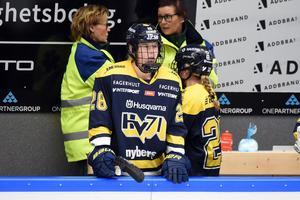 Jenny Antonsson, bilden, och Linnea Andersson har skrivit på nya kontrakt med HV71.
