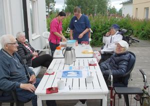 Med omtanke och hurrarop firades Naime på 93-årsdagen. Från vänster Sven Olov Olofsson, Gunnel Björk, Nina Ottosson, Marlene Andersson, födelsedagsbarnet Naime Nilsson och Gunnel Jonsson. Foto: Sture Björk