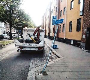 Stolpen som blev på körd vid  Domkyrkoesplanaden.