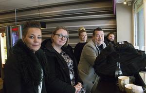 Personalstyrkan på Systembolaget i Sandviken och butikschefen sitter på Hansens Café och Bageri och dricker kaffe i väntan på besked om butiken kan öppna efter strömavbrottet.