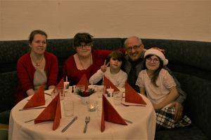 Sandra Lugn (till vänster) satt tillsammans med familjen Petersson längst in i lokalen. Och man kan minst sagt säga att stämningen var på topp runt bordet.