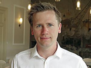 Roger Hedlund   Sverigedemokraterna   För oss är det enkelt. Vi prioriterar våra medborgare, ekonomin, tryggheten och gemenskapen i vårt land. Till skillnad från de andra partierna vågar vi säga ifrån och stå för våra åsikter, även i känsliga och obekväma frågor.   Sverigedemokraterna ser rätten till heltid som en viktig jämställdhetsfråga och lovar att avskaffa ofrivilligt delade turer inom offentlig sektor. Förändring på riktigt!
