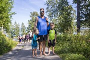 Tommy Fridzén och barnen Casper och Sam fick springa upp och hämta armkuddarna som glömdes kvar på campingen.