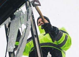 Tony Larsson knackar is från badhusets tak en tidigare vinter.