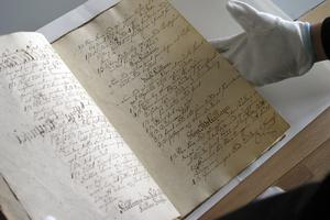 På Häringe slott fann man handskrifter från 1700-talet, som inte har lästs sedan de skrevs. Genom dokumenten kan vi nu få större kännedom om livet på slottet under 1700-talet.  Foto: Solveig S Thörnblom