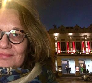 """Min andra Gästrikepärla, som nyinflyttad, är Gävle Teater, som invigdes 1878. Det är ett av de äldsta teaterhusen i Sverige som fortfarande används. Jag passade på att göra mitt första besök i förra veckan när Folkteatern Göteborg gästade med en pjäs om Karin Boye och hennes partner Margot Hanel. Både färgen på scenen och stämningen gick i grått, men skådespeleriet sprakade liksom teaterhuset med sin ståtliga entré. Den lär ha sin förebild i Parisoperan. Fasaden är en av flera bidragande orsaker till pampigheten i centrala Gävle. Och som kuriosa är """"stavfelen"""" under bysterna av både Shakespeare och Molière värda en egen titt. *"""