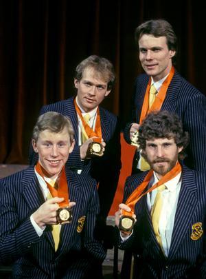Jan Ottosson, Benny Kohlberg, Gunde Svan och Thomas Wassberg visar upp sina guldmedaljer från spelen i Sarajevo 1984. Bild: Jan Collsiöö/TT.