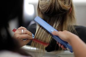 För att slippa missnöje ska man rådfråga frisören noga och göra allt för att undvika missförstånd vid frisörbesöket, råder konsumentvägledaren.Foto: Felipe Dana/TT