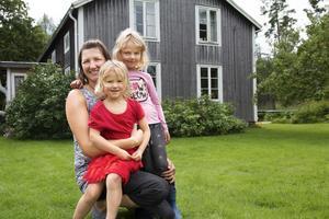 Karin Trolin tillsammans med sina döttrar Meja, 6 och Ronja, 4.