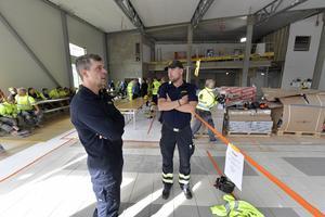 Anders Pålsson och Jimmy Mattsson, två av Moras heltidsbrandmän, bekantar sig med sin nya arbetsplats.