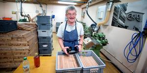 Tomas Andersson svarvar de trästycken som ska bli flöjter. Det är Telleby verkstäders största produkt, det mesta går på export