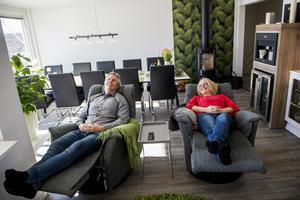 Pär och Mari Hinds är livsnjutare som gärna tar det lugnt på hemmaplan.