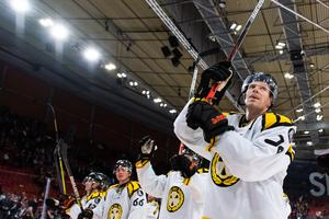 Nicke D tackar Brynäsfansen efter matchen. Bild: Mathias Bergeld / BILDBYRÅN