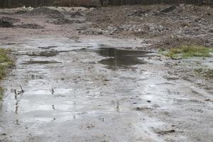 Den 46-årige ägaren till gården i Hällabrottet vill inte betala för saneringen av de giftiga massorna på sin mark. Han hävdar att ansvaret helt ligger på det Eskilstunaföretag han anlitat.