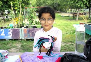 Nioåriga Nazli Hoplar har varit med och byggt upp Konsthall Ur och Skur och där har hon bland annat skapat en docka till förställningen