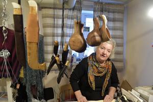 Anita Holpers i sin lilla butik med hantverk, där hennes tvålar nu är förbjudna.