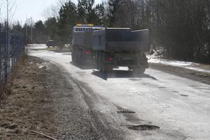 Potthål på Hovsjövägen. Fotografiet är taget under våren 2018.