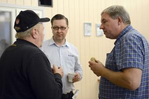 Allan Bengtsson,till höger, i kreativ fikadiskussion med Jan-Erik Söderqvist och Per Harrysson.