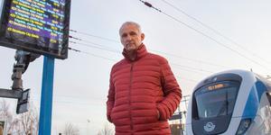 Rolf Andersson är rädd att nynäshamnarna allt oftare kommer att få betala dubbelt för att 75-minutersbiljetten inte räcker när möjligheten att blippa på tåget försvinner.