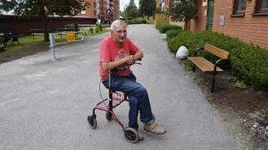 Bengt  Olsson är både rörelsehindrad och hörselskada. Nu efterlyser han den man som hjälpte honom när hans däck exploderade på E14