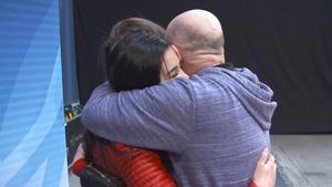 Pappa fanns med som stöd i kulisserna under auditionen och glädjen blev stor när dottern gick vidare. Foto: TV 4