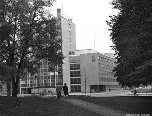 På 60-talet huserade Örebropolisen i hörnet av Trädgårdsgatan och Stortorget. Polishuset byggdes 1954–1958 och kostade drygt 8 miljoner kronor. Foto: Örebros stadsarkiv/Erik Arlebo