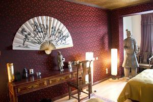 Hotellet är inrett med tapeter och möbler från Kina.