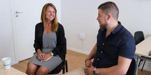 Näringslivschefen Ida-Maria Rydberg informerar Majd Khedr att de har fyra företagarfrukostar om året i Kungsör. – Vi jobbar också att nischa dem mer och att de ska bli flera. Efter sommaren har vi en för hantverkare, säger hon.